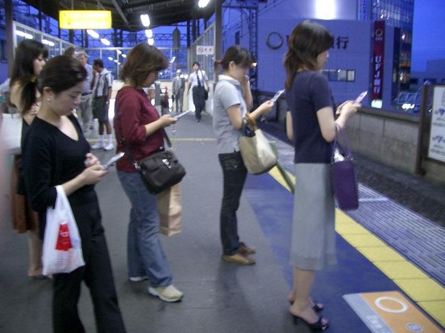 people-using-their-smartphones